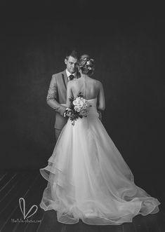 Couple de jeune mariés. Pnotos noire et blanc. Shooting en studio. Octobre 2020.