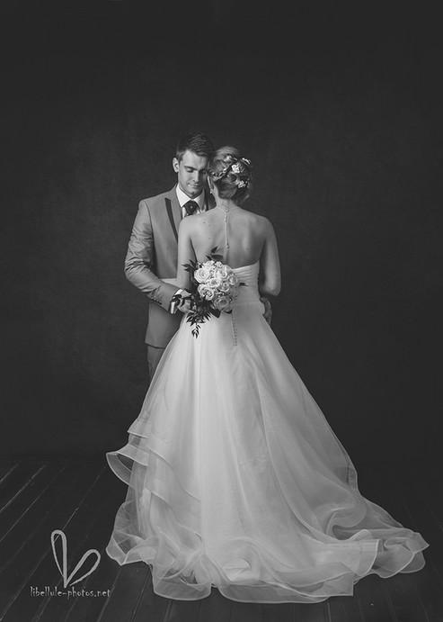 Couple de jeunes mariés. Shooting en studio photos. Photo monochrome.