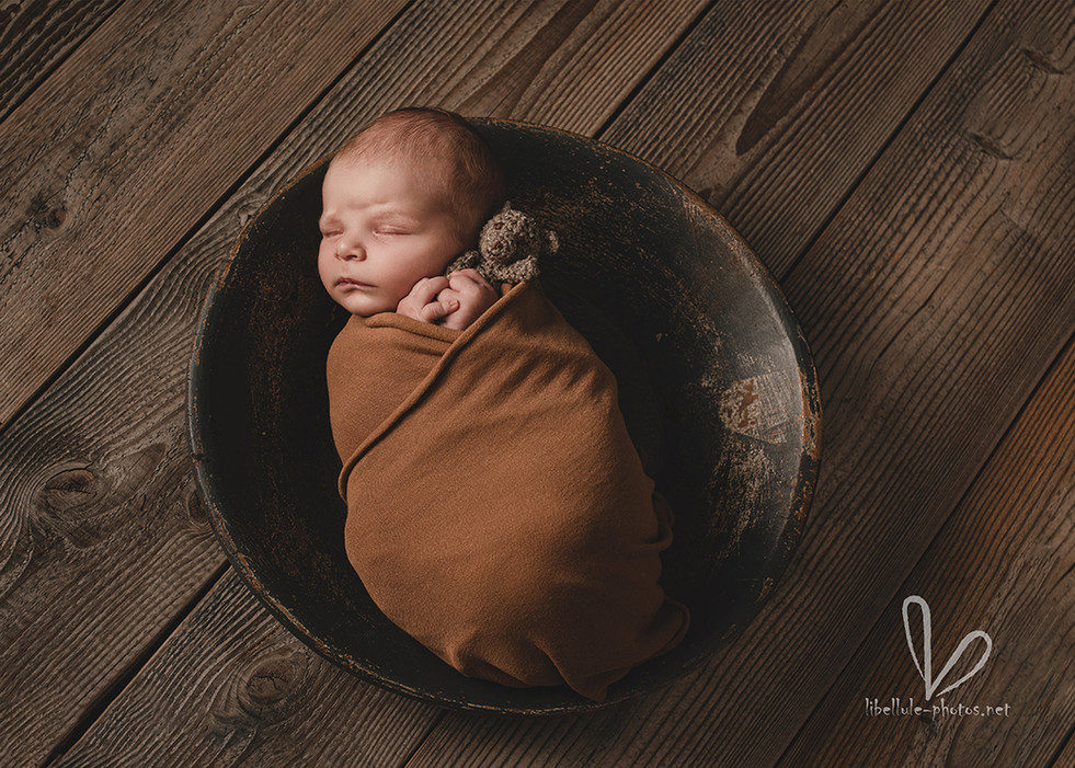 Nouveau-né dort avec doudou.