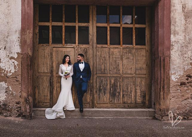 Jeaunes-mariés devant ancienne porte.