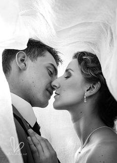 Embrasse les jeunes mariés sous un voile.