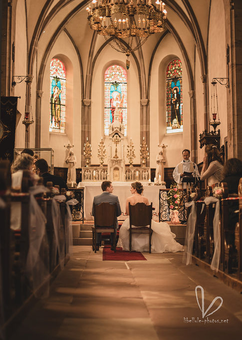 Cérémonie de mariage en eglise. Nouveaux mariés.
