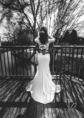 Jeunes mariés près de petite rivière. Photo noire et blanc.