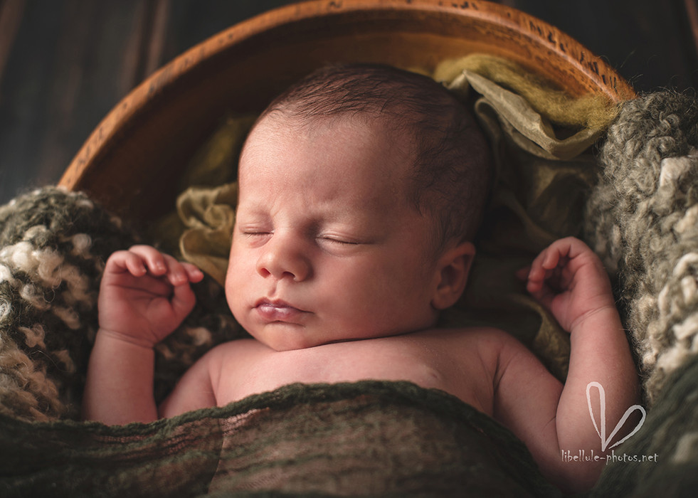 Photo de bébé dans un panier.