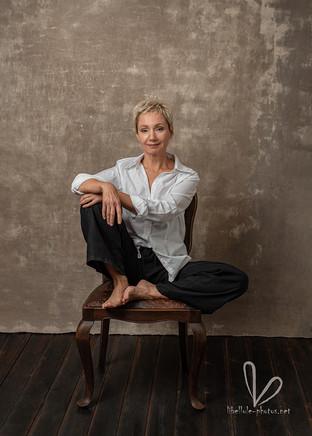 Photo de femme en chemise blanche