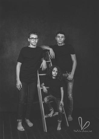 Trois fraires. Photo monochrome en studio Libellule-photos.