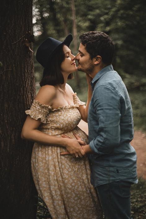 Grossesse. Photo de couple. Shooting à l'extérieur.