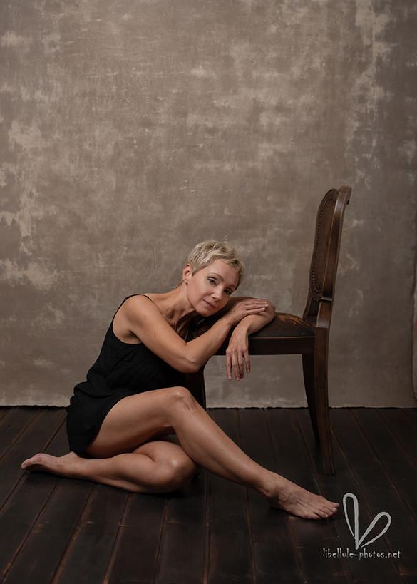 Photo de femme avec une chaise. Shooting en Studio Libellule-photos à Molsheim.