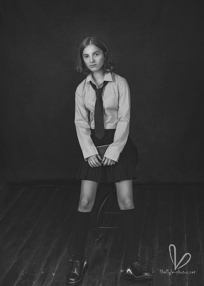 jeune fille avec cravate. Photos monochrome.