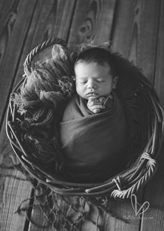 Nouveau-né dort dans le panier. Photo monochrome.