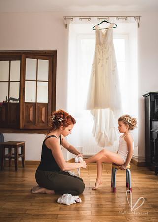 Future mariée avec sa fille. Les préparatifs de mariage.