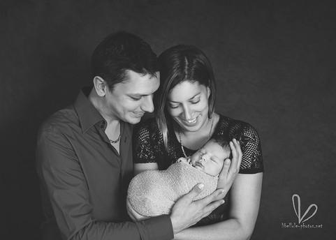 Parents avec bébé. Blanc et noir