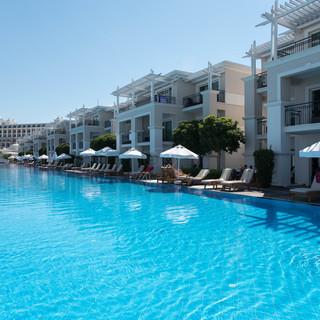 pool--v8855283.jpg