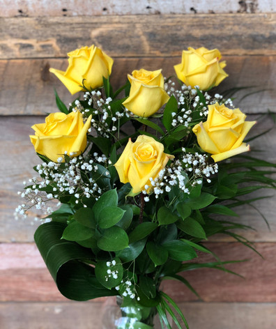 6 roses jaunes dans un vase 50$.jpg