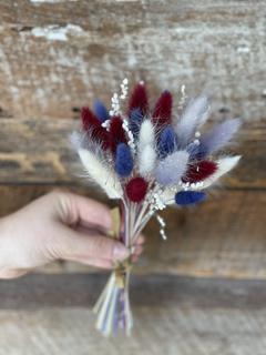 Petit bouquet de lagurus lilas, marine, bourgogne et crème 15$