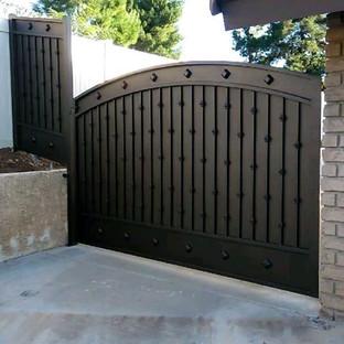 Swing gate with a liftmaster LA500pkg swing arm operator #theprofessionalironworks #sanbernardinocounty #lacounty #orangecounty #riversideco