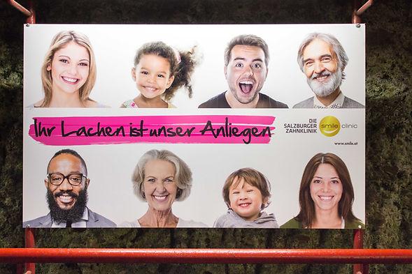 Smile clinic Salzburg, Claim, Lachen, Leisungsversprechen, Markekommunikation, Citylight, Großflächenplakat, OOH, Kampagne
