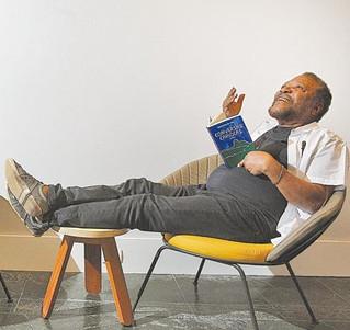 Primeiro livro de crônicas de Martinho da Vila reflete a realidade das ruas