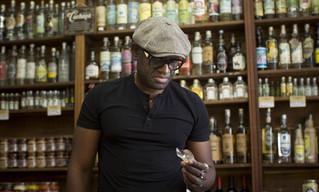 'Bar é o termômetro que mede a febre africana', diz Alain Mabanckou