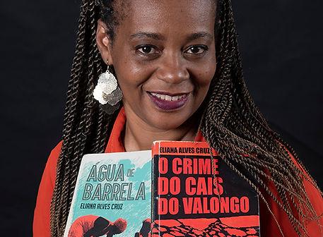 Capa da revista. Eliana Alves Cruz. Foto Marta Azevedo.JPG