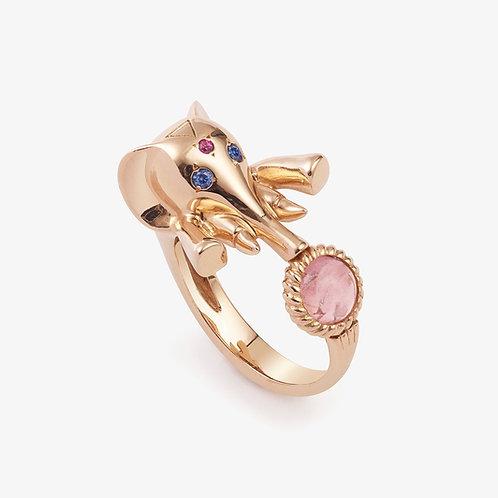 Chevalière Cloclo l'éléphanteau, or rose, saphirs et tourmaline rose