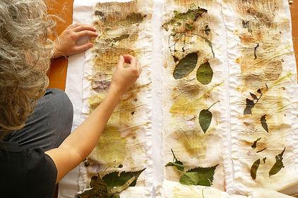 Fernanda Mascarenhas abrindo os rolos de impressões botânicas