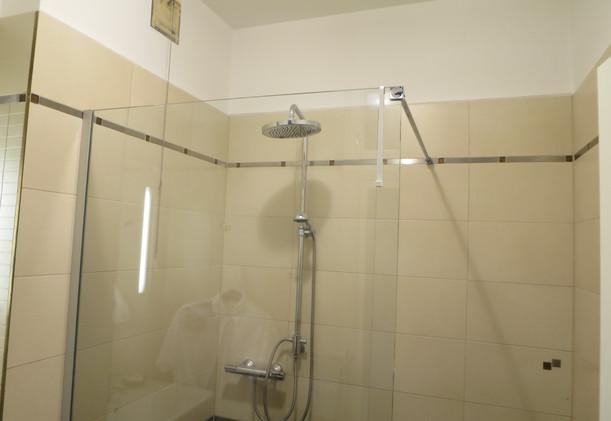 Schwarzlackenau Dusche mit Regenduschkop