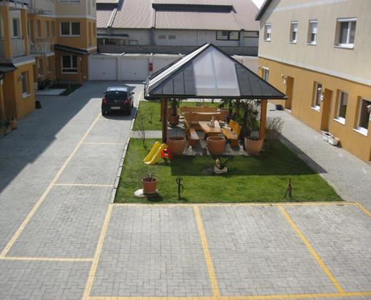 Gesamter Innenhof mit Parkplätzen