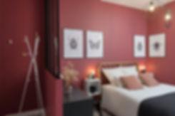 Ondine Rebillard Architecte d'intérieur et décoratrice à Lyon - En ouvrant la salle de bain sur la chambre, nous avons pu gagner les m2 nécessaires à la créationd'un espace entrée et d'une cuisine équipée. Les toilettes restent séparées. La baignoire îlot, les équipementset la décoration spécialement choisie poursusciter l'impressiond'entrer dans un enveloppant écrin de velours, s'allient pour apporter à cet appartementun air de suite hôtelière atypique, à mi-chemin entre romantisme etcabinet de curiosités.
