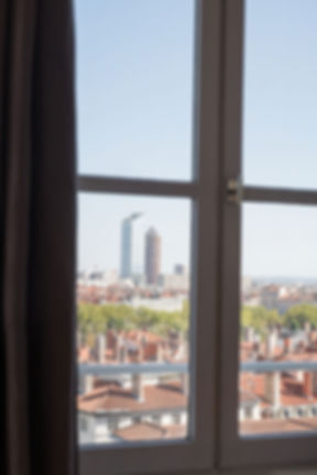 Ondine Rebillard, architecte d'intérieur et décoratrice à Lyon présente : Vue panoramique. Nous avons agrandi la pièce de vie etorienté les espaces salon et séjour afin de profiterau mieux de la vue panoramique surles quais du Rhône. Les espacescuisine etsalon sont délimités par une teinte bleu/gris sur les murs tandis que le dégagement de l'entrée, qui dessert les chambres, les salles de bain et le wc, sera doté d'un bleu plus soutenu pour le rendre plus chaleureux.