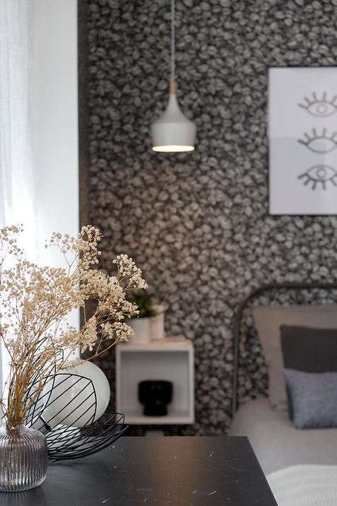 Ondine Rebillard Architecte d'intérieur et décoratrice à Lyon- En réorganisant les espaces, nous avons pu optimiser les mètres carrésde ce studio avec une vraie salle d'eau, une cuisine toutéquipée très fonctionnelle, ainsi qu'un coin dressing. Petit plus : avecun écran, un vidéoprojecteur et une barre de son, cet appartement allianttechnologie et décoration tendance devrait ravir les cinéphiles !Les jeux de matières, de noir et blanc, apportentdésormais caractère et élégance àces 19 M2.