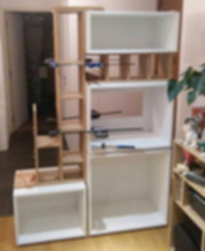 Mon rôle a été de dessiner un meuble d'entrée offrant des rangements côté entrée, une bibliothèque et un espace bureau côté séjour, le tout dans un minimum de place et en laissant passer un mamximum de lumière !