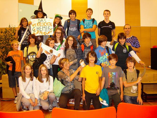 41_43 Schulklasse mit Plakat 1_adamnapar