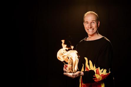26_30 Flammen auf Hand_adamnaparty.jpg