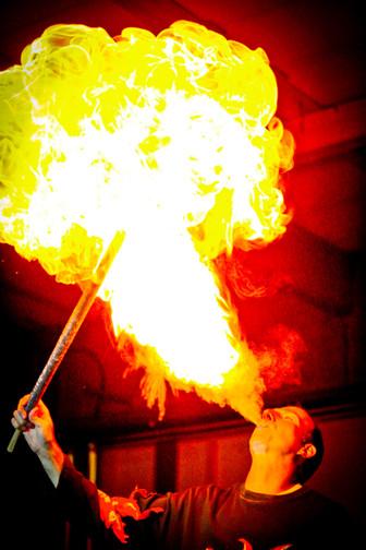 38_40 AKM-Feuerspucken_adamnaparty.jpg