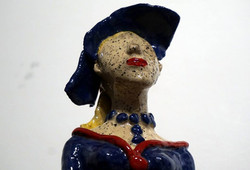 femme  portrait fleur rouge chapeau fleuri