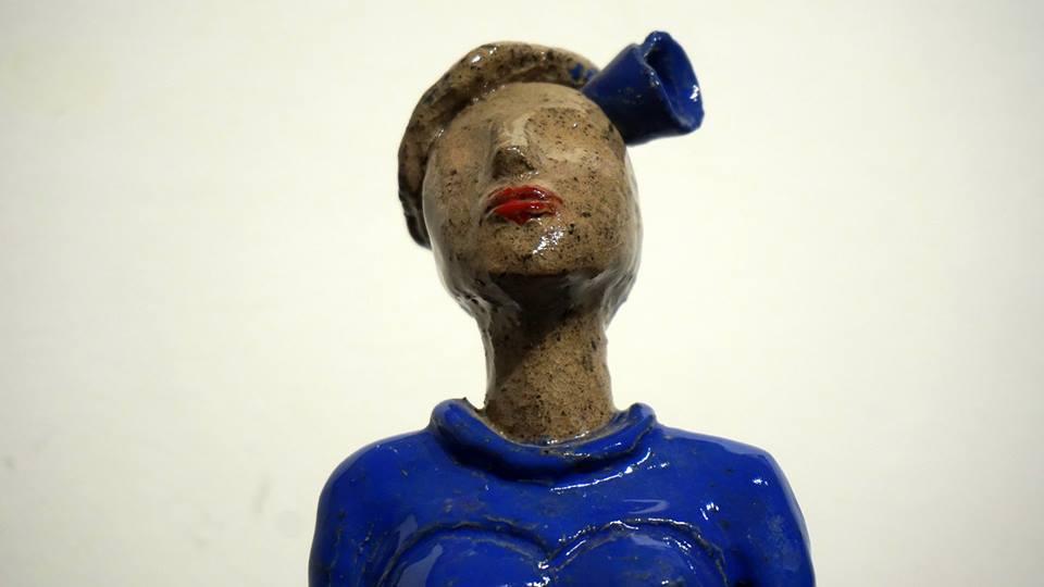 femme  portrait fleur bleue et rouge
