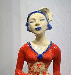 femme en rouge et bleu portrait