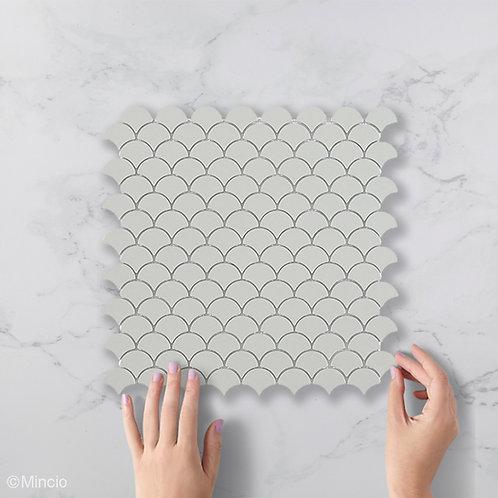 Mat licht grijze visschub glasmozaïek 36 x 29 mm tegels