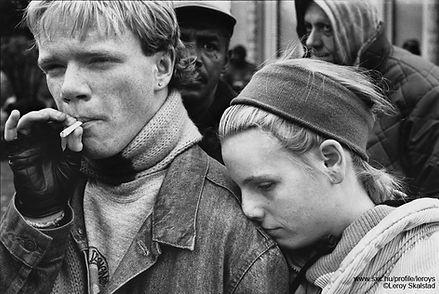 Photo d'un couple d'adolescents vivant dans la rue.