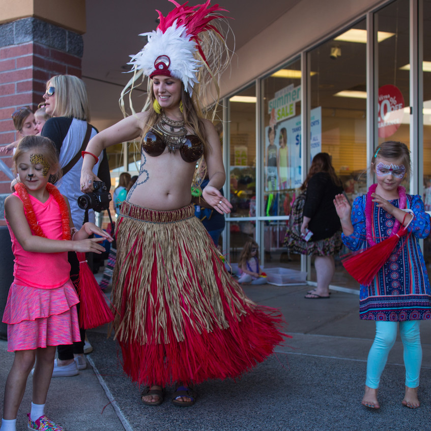 free things to do with kids in the Portland area Earth Fairy Entertainment Columbia Gorge Outlets in Troutdale Oregon low cost