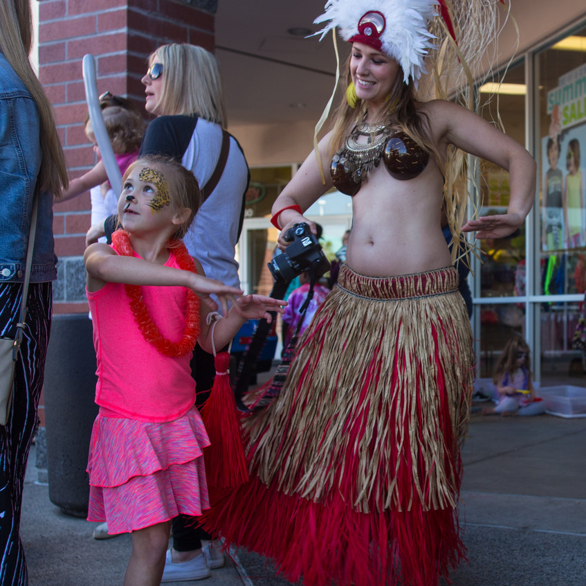 free things to do with kids in the Portland area Earth Fairy Entertainment Columbia Gorge Outlets in Troutdale Oregon, low cost