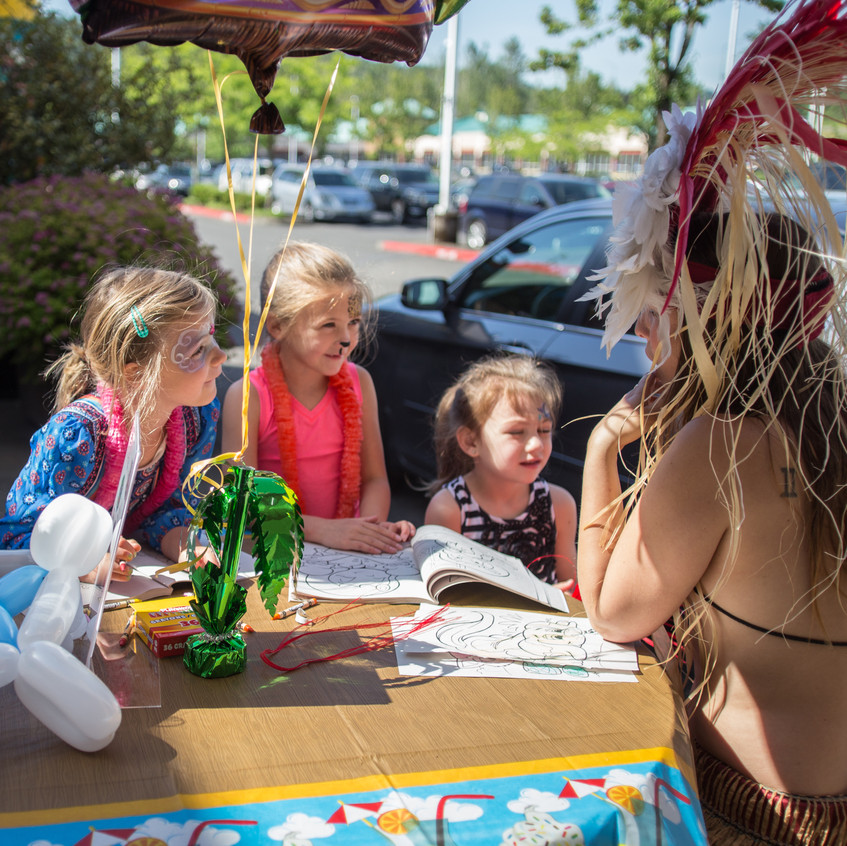free things to do with kids in the Portland area Earth Fairy Entertainment Columbia Gorge Outlets in Troutdale Oregon, story time