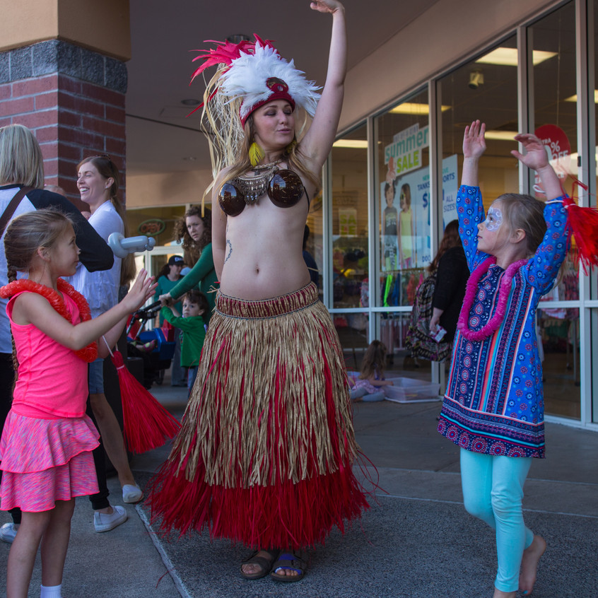 free things to do with kids in the Portland area Earth Fairy Entertainment Columbia Gorge Outlets in Troutdale Oregon, Hawaiian dancer