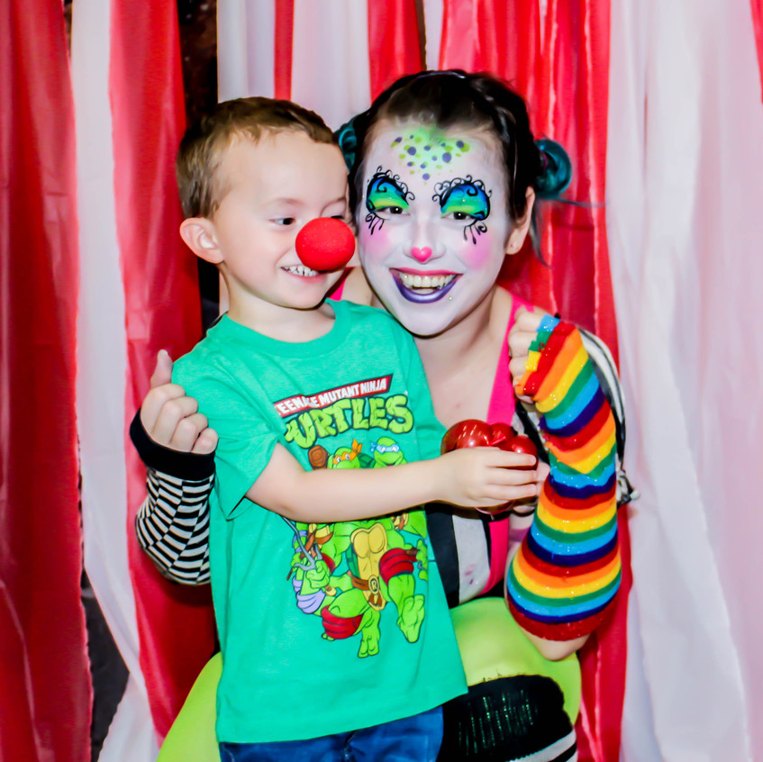 Clown, Earth Fairy Entertainment in Portland Oregon, professional coporate entertainer, birthday party, kids staged show