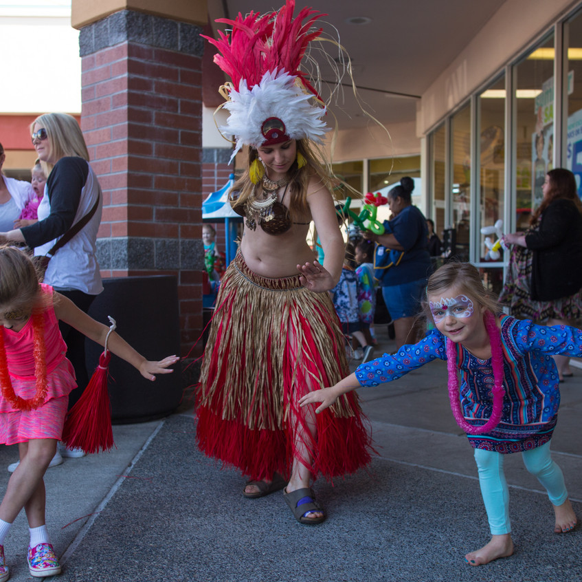 free things to do with kids in the Portland area, Earth Fairy Entertainment Columbia Gorge Outlets in Troutdale Oregon