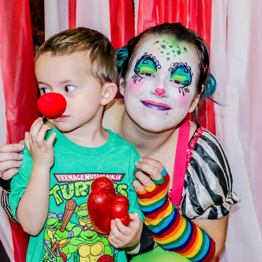 Clown from  Earth Fairy Entertainment in Portland Oregon, professional coporate entertainer, birthday party, kids staged show