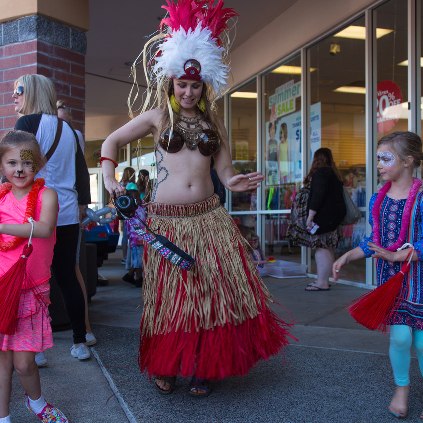 free things to do with kids in the Portland area Earth Fairy Entertainment Columbia Gorge Outlets in Troutdale Oregon, Polynesian dancer