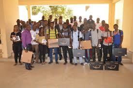 Des étudiants reçoivent leurs ordinateurs