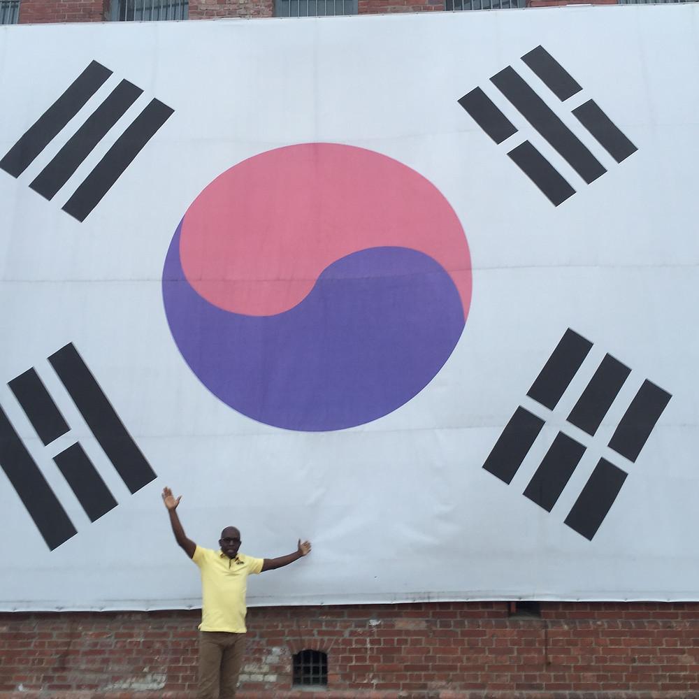Béché Emmanuel devant la prison de Seodaemun